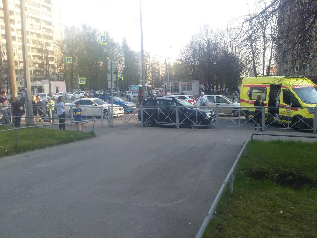 Сбили девочку на пешеходном переходе на перекрестке Кондратьевского проспекта и Бестужевской ул. Уве...