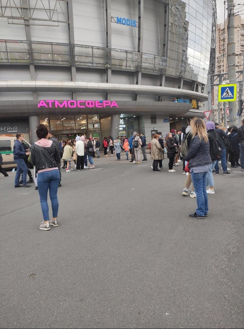 У метро Комендантский проспект эвакуировали Атмосферу.