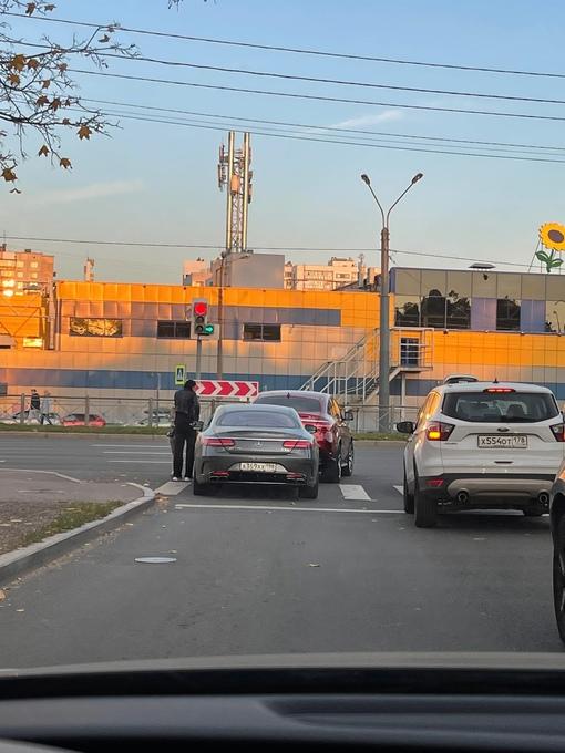 На Елизаветинской улице в сторону Выборгского шоссе две дамы на Мерседесах слишком близко прижались ...