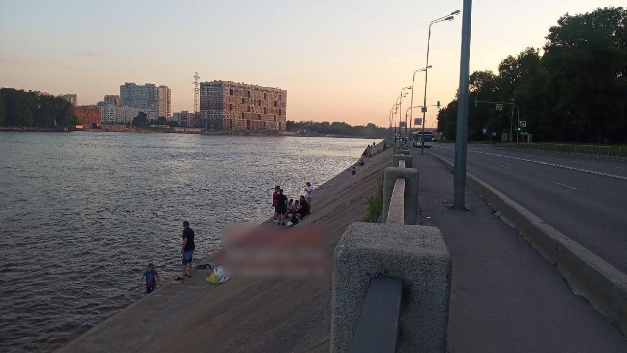 Вчера поздно вечером из Невы вытащили тело утопленника. Спасатели уложили его на Октябрьскую набереж...