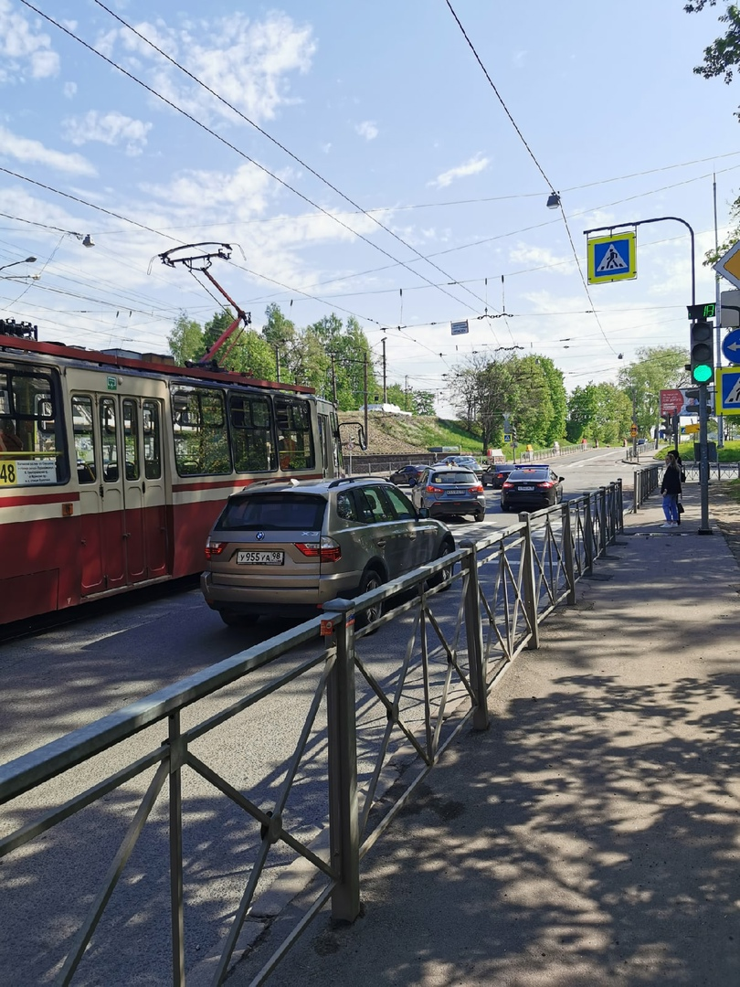 Авария на 1-м Муринском у Ж/Д моста на Кушелевку, трамваи стоят, лёгкая пробка.