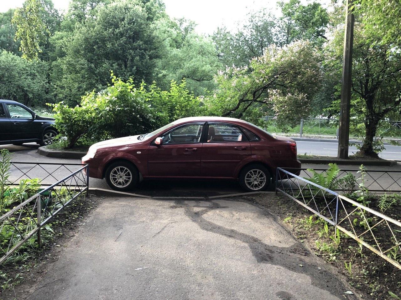 Что двигало этим мастером парковки - неизвестно. Рядом полно свободных мест, а он раскорячился ровне...
