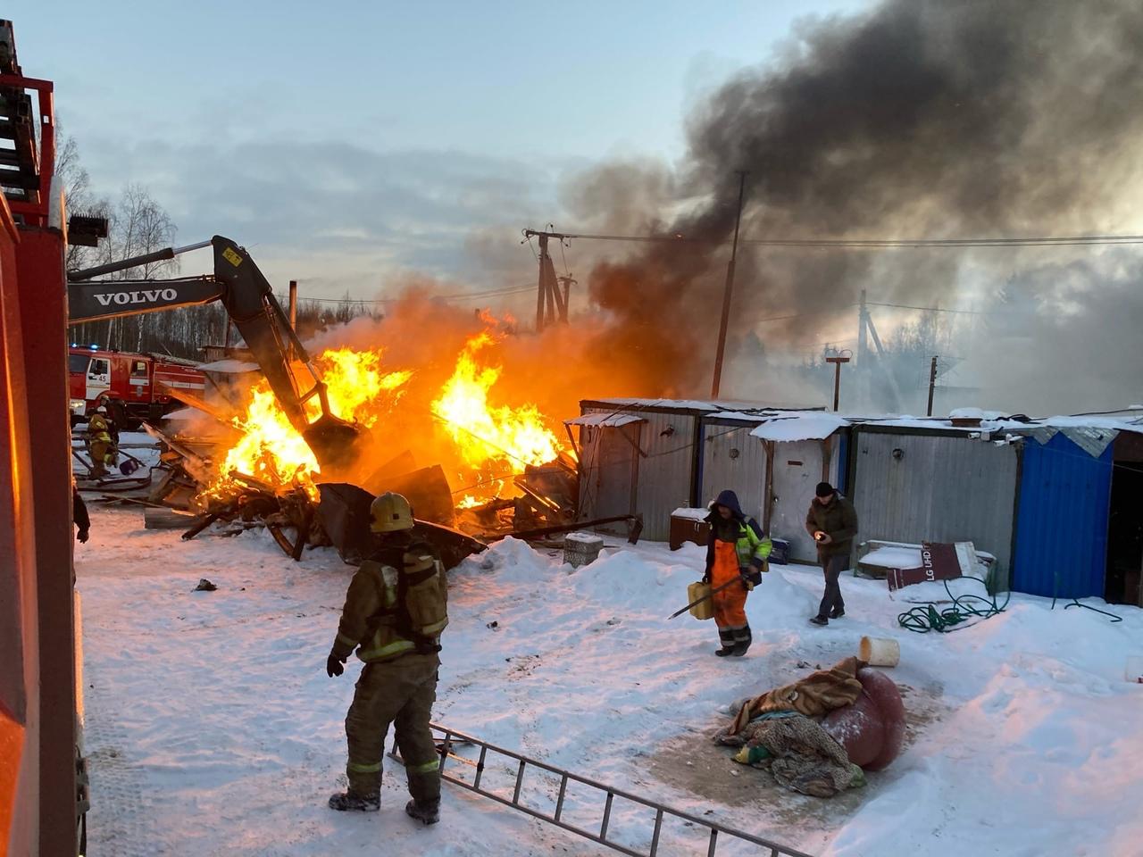В 16:04 на пульт 01 поступило сообщение о том, что в деревне Касимово горят бытовки. К месту выехал ...