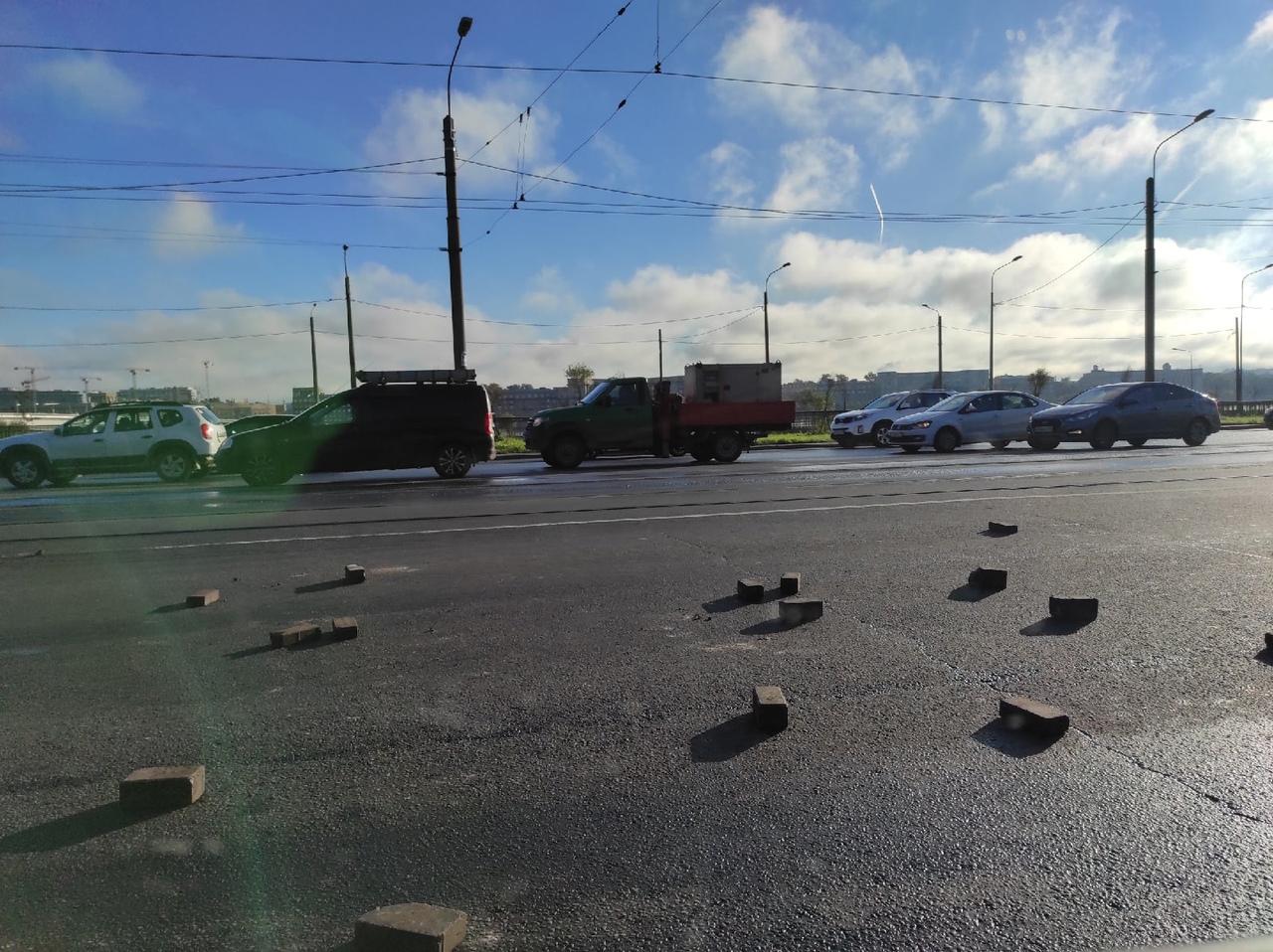 На проспекте Обуховской Обороны, перед съездом на Обводный канал, кто то рассыпал камешки на две пол...