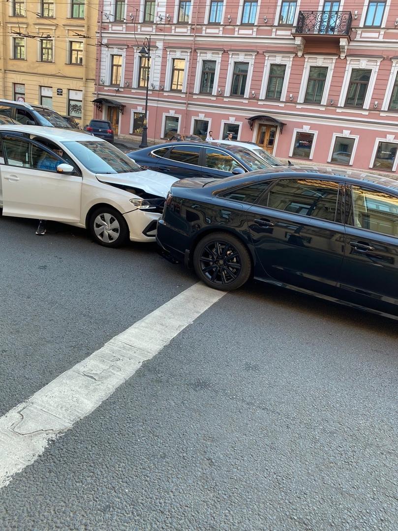 Авария на перекрёстке Литейного проспекта и улицы Чайковского, водитель Polo влетел в Audi А6, за ру...