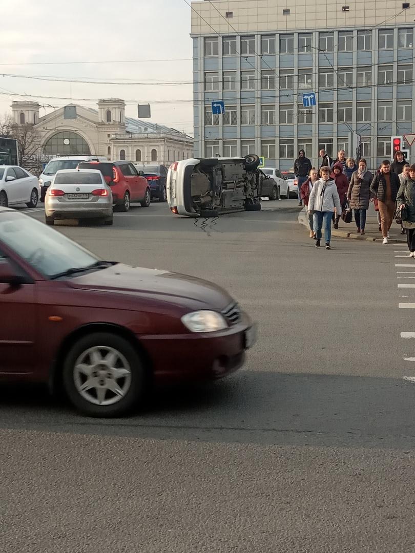 В Полвосьмого утра на Ново-Петергофском мосту у Балтийского вокзала перевернулся автомобиль ЯндексД...