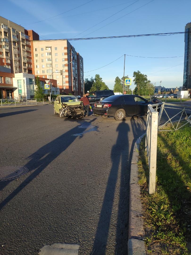 Kia потеряла бампер после встречи с Тойотой на перекрестке Бутлерова и Верности