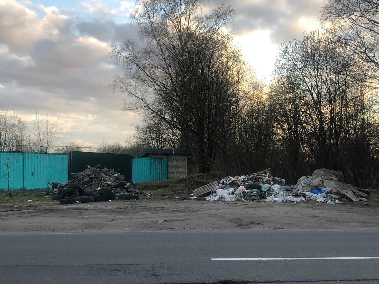 На углу перекрестка Ржевской и улицы Красина кто-то навалил кучу мусора.