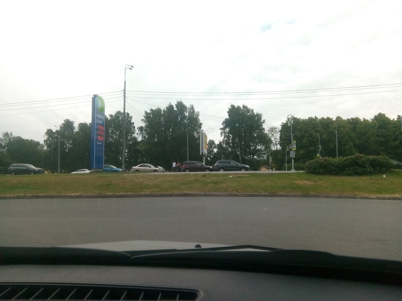 Паровозик из трёх машин на Непокорённых, перед светофором напротив заправки Несте.