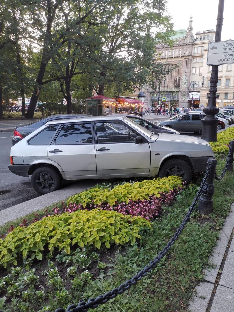 Умелец парковки на площади Островского.