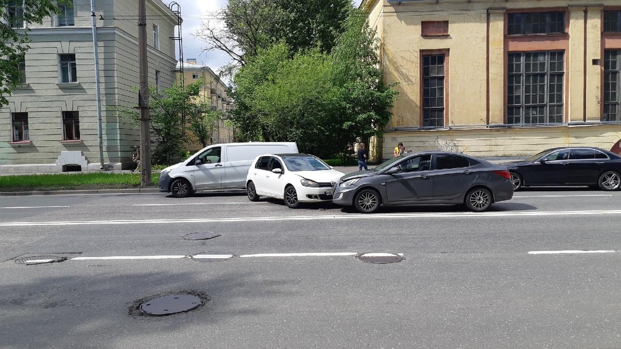 Рядом с перекрестком улицы Александра Ульянова и проспекта Металлистов произошло ДТП между Фольксваг...