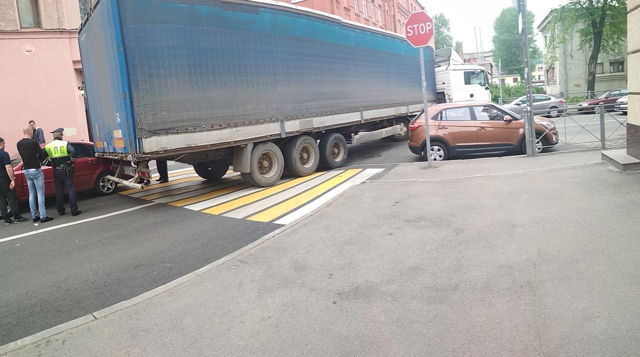 Фура не повернула на Чкаловский проспект, зацепив припаркованный с нарушением автомобиль. Перекрыла ...