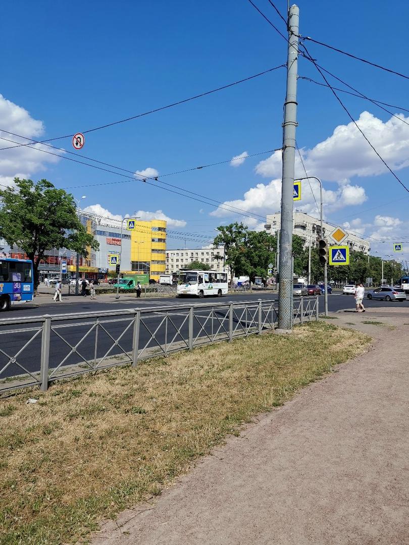 До 19.00 отключены светофоры на пересечении проспекта Ветеранов с улицей Генерала Симоняка и проспек...