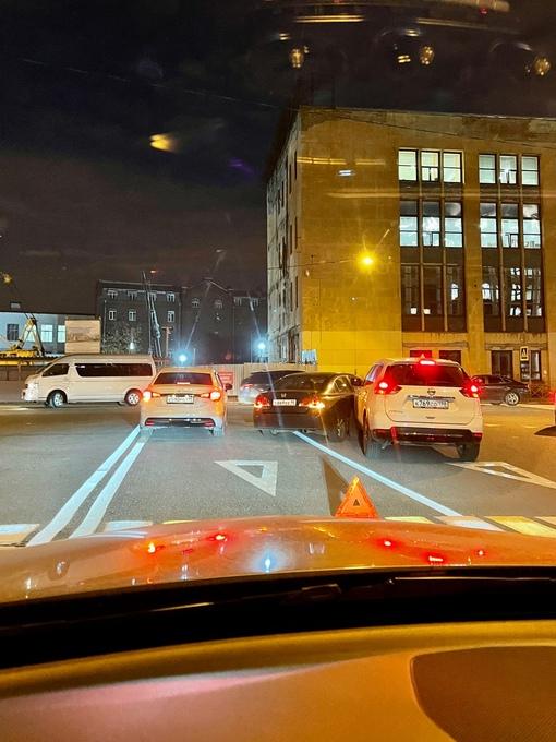 Нисан и Honda коротают вечерок в Дегтярном переулке