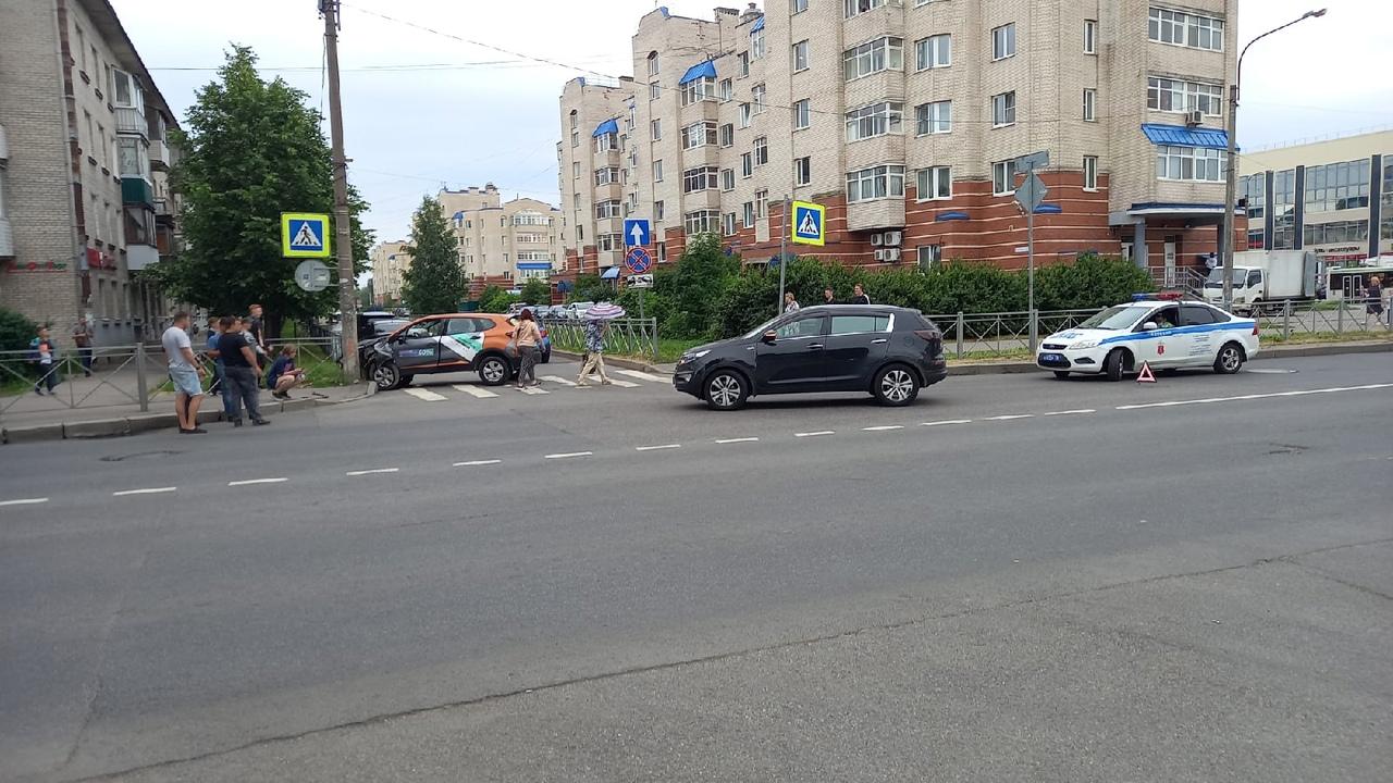 В Колпине девушка на каршеринге закончила поездку в столбе на перекрёстке Тверской и Тазаева