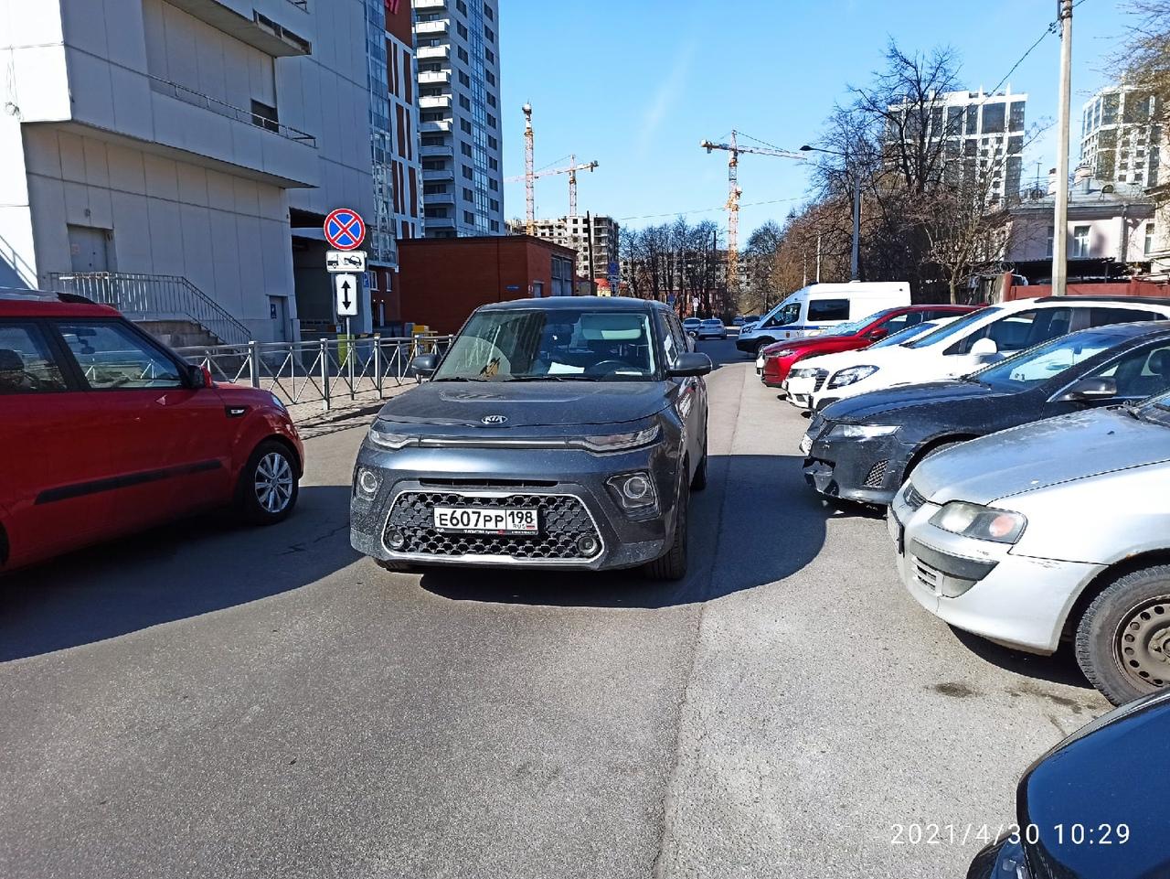 Случай сегодня. Припарковался по правилам около здания УМВД по Московскому району в Детском переулке...