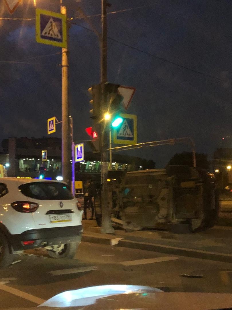 Машина прилегла на тротуаре у перекрёстка ул. Ленсовета и просп. Юрия Гагарина