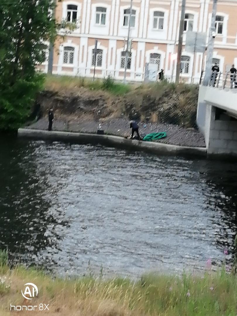 27 июня в 20:32 поступило сообщение о том, что в реке Ждановке, недалеко от моста Бетанкура, несет т...