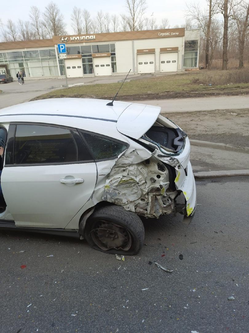 На Пулковском шоссе по направлению в центр возле автосалона Hyundai маршрутка К13 собрала кучку из т...