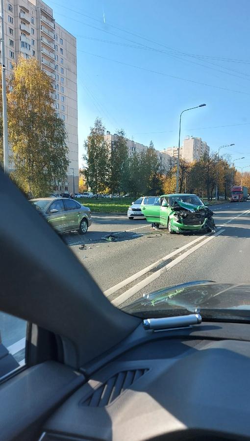 На перекрестке Тельмана и Большевиков...два автомобиля с разбитыми мордами. М+Ж