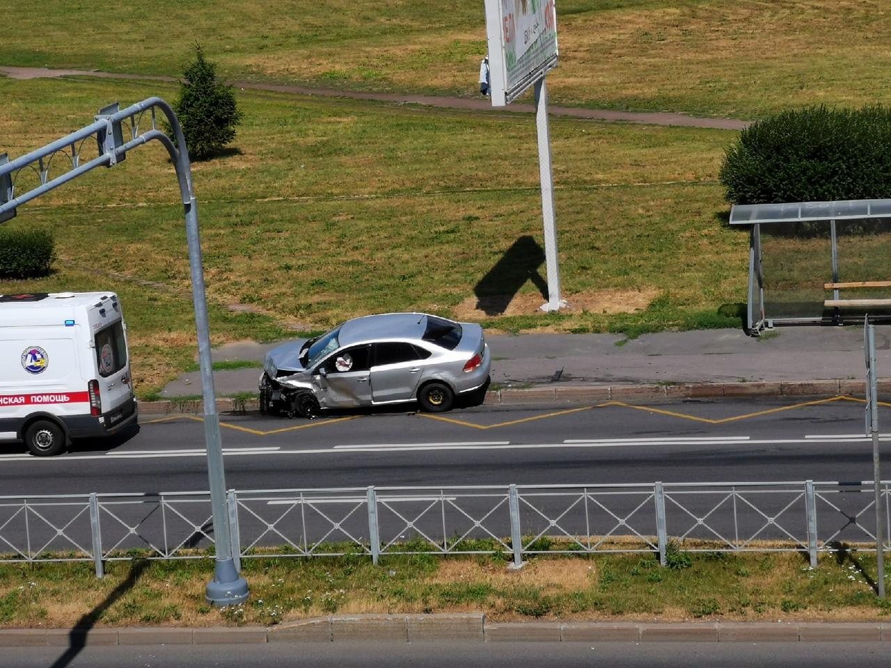 На перекрёстке Маршала Блюхера с Замшиной жёсткое столкновение Шкоды Рапид и Фольксвагена Поло.