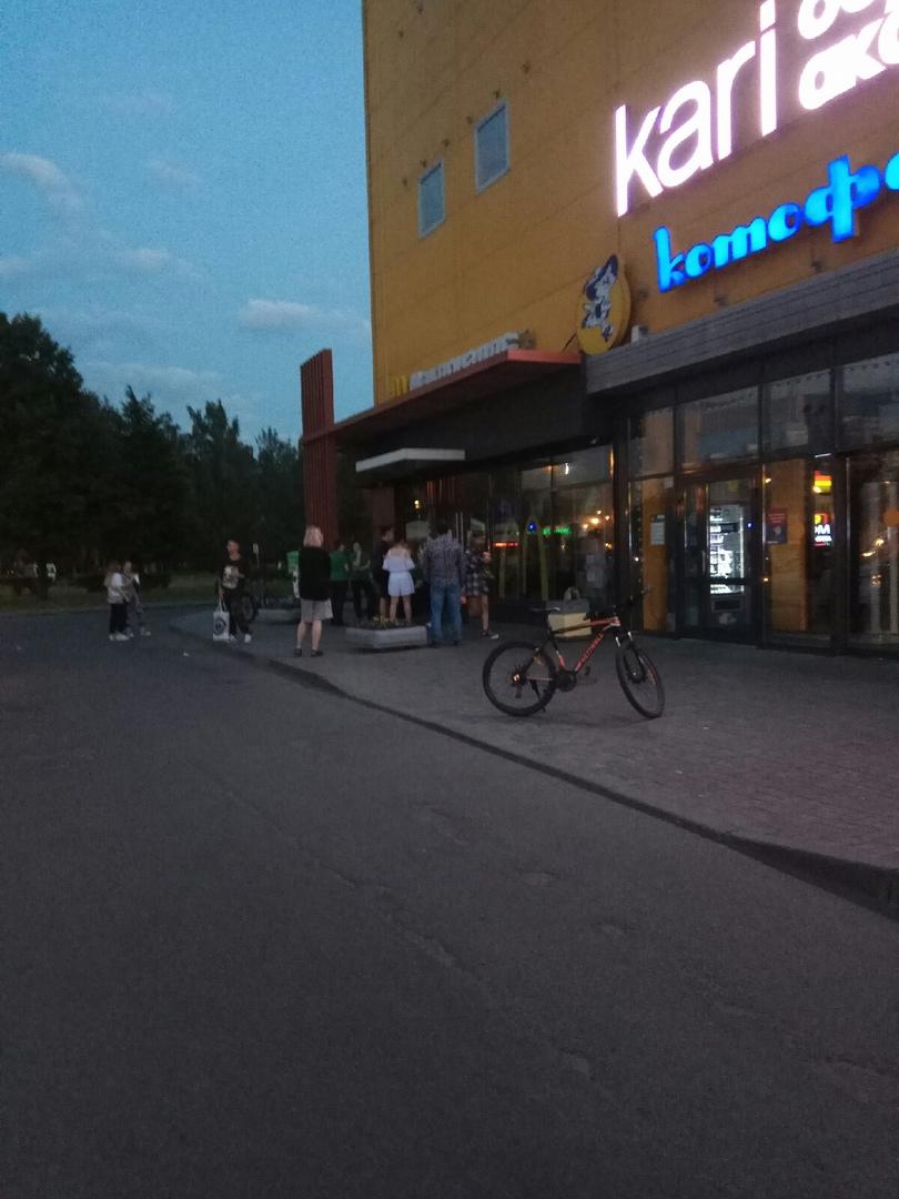 """выбило пробки в Macdonald's на проспекте Большевиков в ТК""""Смайл""""там ещё задымление на кухне.нас всех..."""