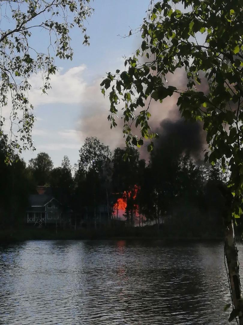 Примерно с 17 часов горит деревянный дом на Медном озере.
