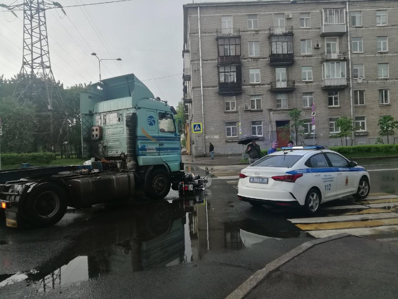 По улице Зайцева на пересечении с Новостроек мотоциклист попал под Сканию. Движение в сторону просп...
