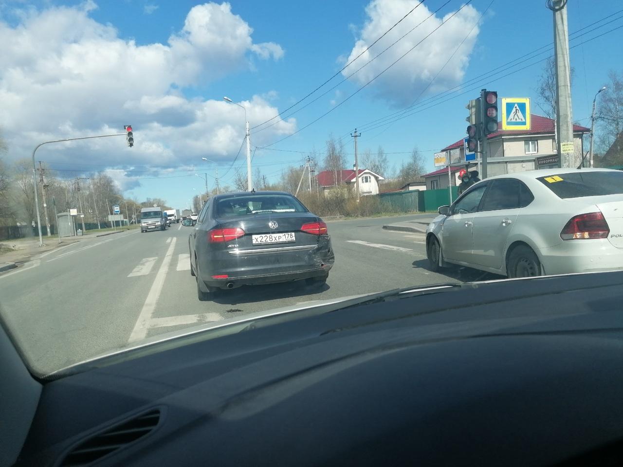 На Волхонском шоссе, на светофоре перед Дмитриевской улицей Поло догнал Джетту, заняты обе полосы.