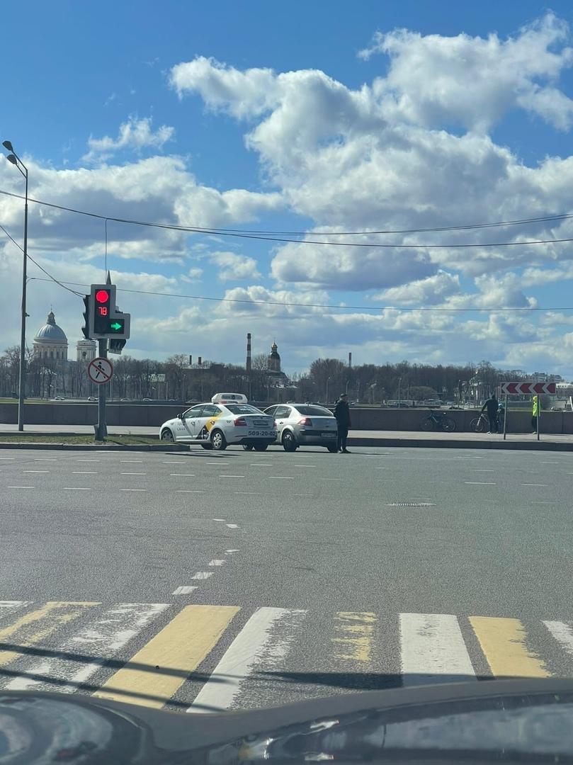 Такси и Renault не смогли одновременно повернуть на Малоохтинский проспект после съезда с моста Алексан...