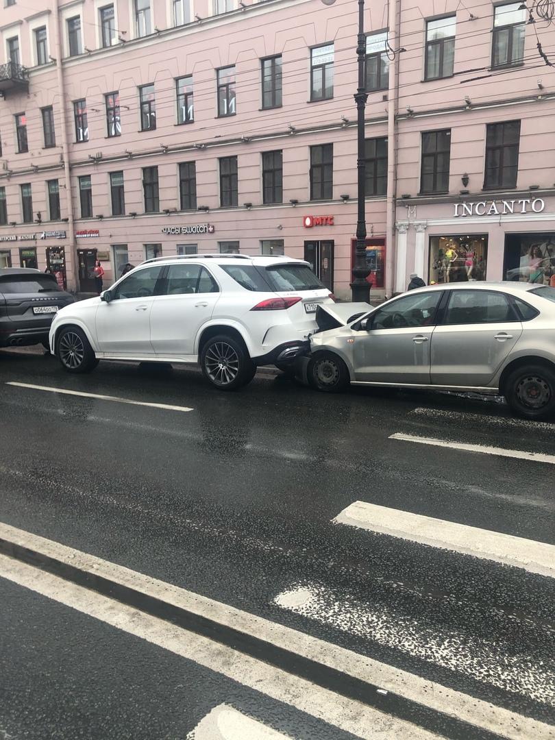 На Невском пр. Поло смял свой капот о Mercedes.