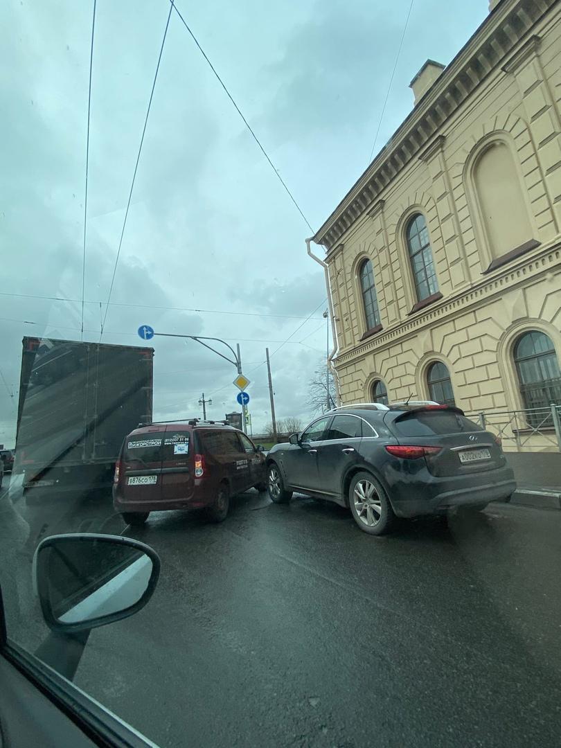 Авария между Infiniti и Ларгусом перед Литейным мостом на Академика Лебедева.