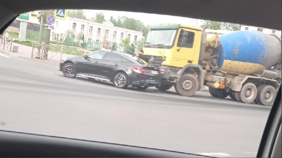 На перекрёстке Сизова и Парашютной притëрлись Миксер и Оптима. Проезду мешают.