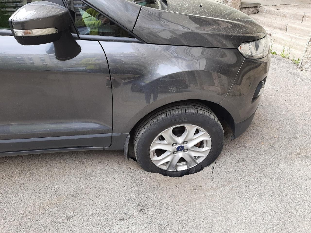 Ford Экоспорт потихоньку уходит под землю у дома 9 по Выборгскому шоссе