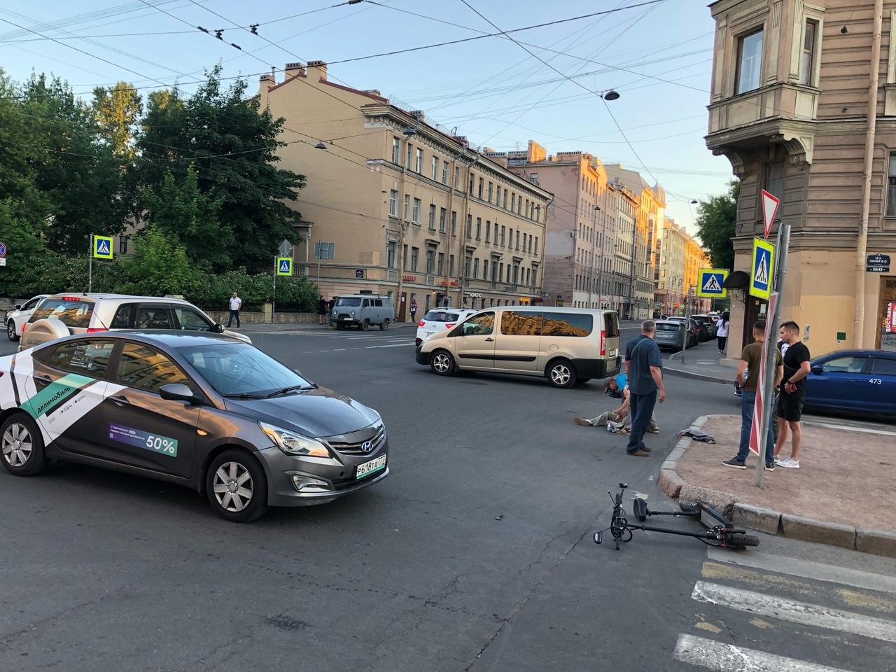 На перекрестке Малого пр. и 15 линии каршеринг сбил мужчину на самокате.