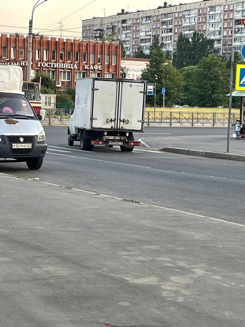 На проспекте Руднева в 21:45 газель совершила дтп, снесла зеркало стоящей маршрутке. Осколки отлетел...