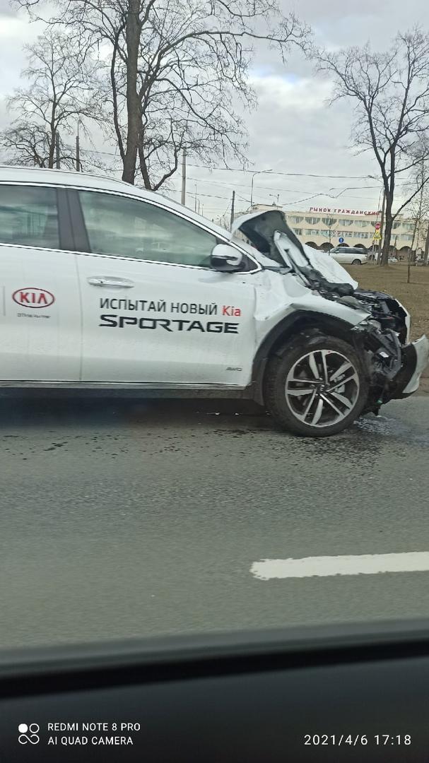 Новый Киа Спортейдж испытали в ДТП на Руставели, сразу после выезда с Луначарского