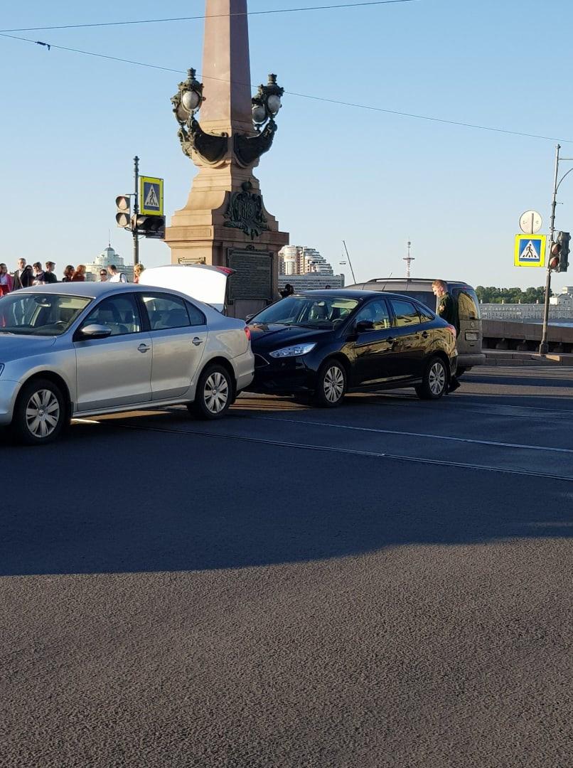 Между Троицким мостом и Марсовым поле столкнулся ford с военными (чёрными) номерами.