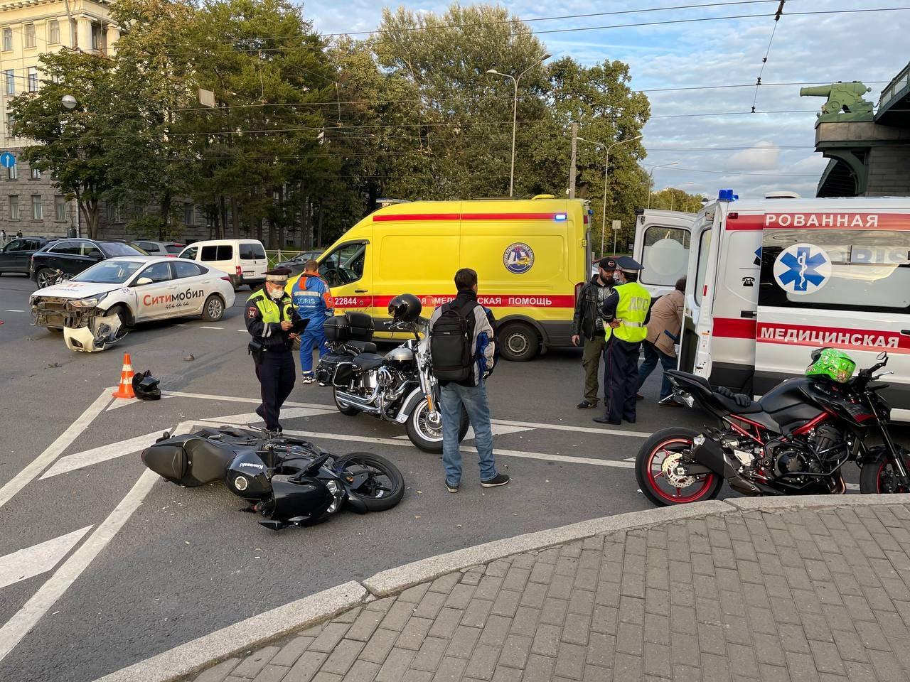 Похоже подмяли мотоциклиста под мостом на Чёрной речке. Реанимация и ДПС на месте. Группа поддержки ...