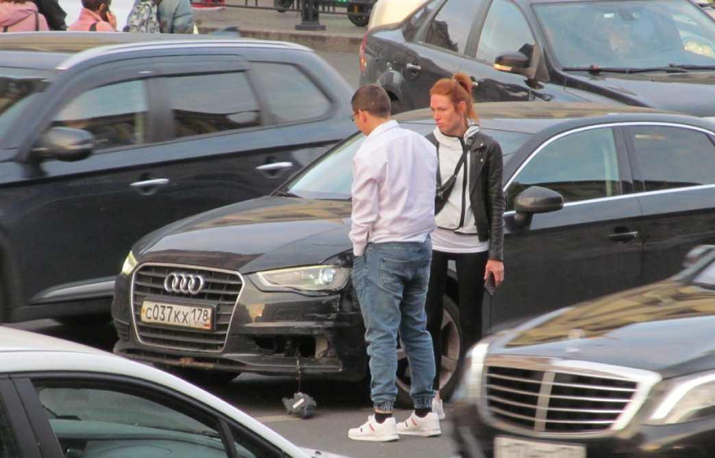 Напротив ТК Стокманн сошлись в поцелуях Logan и Audi. Дама грустит над осколками противотуманки.... ...