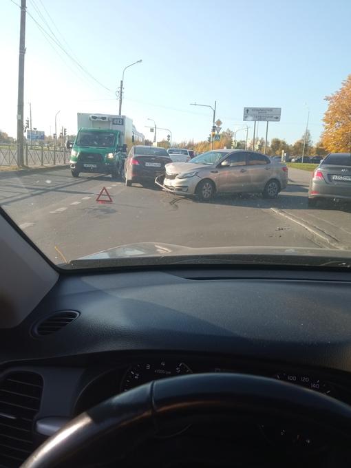 Рио и Solaris столкнулись в Пушкине на перекрёстке Ленинградской и кармана Петербургского шоссе.