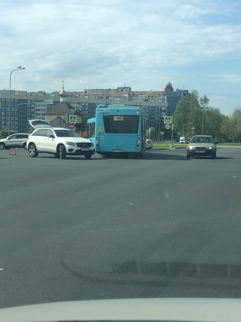 Девушка подрезала автобус на пересечении Долгоозерной и Королёва. Сильно не мешают.