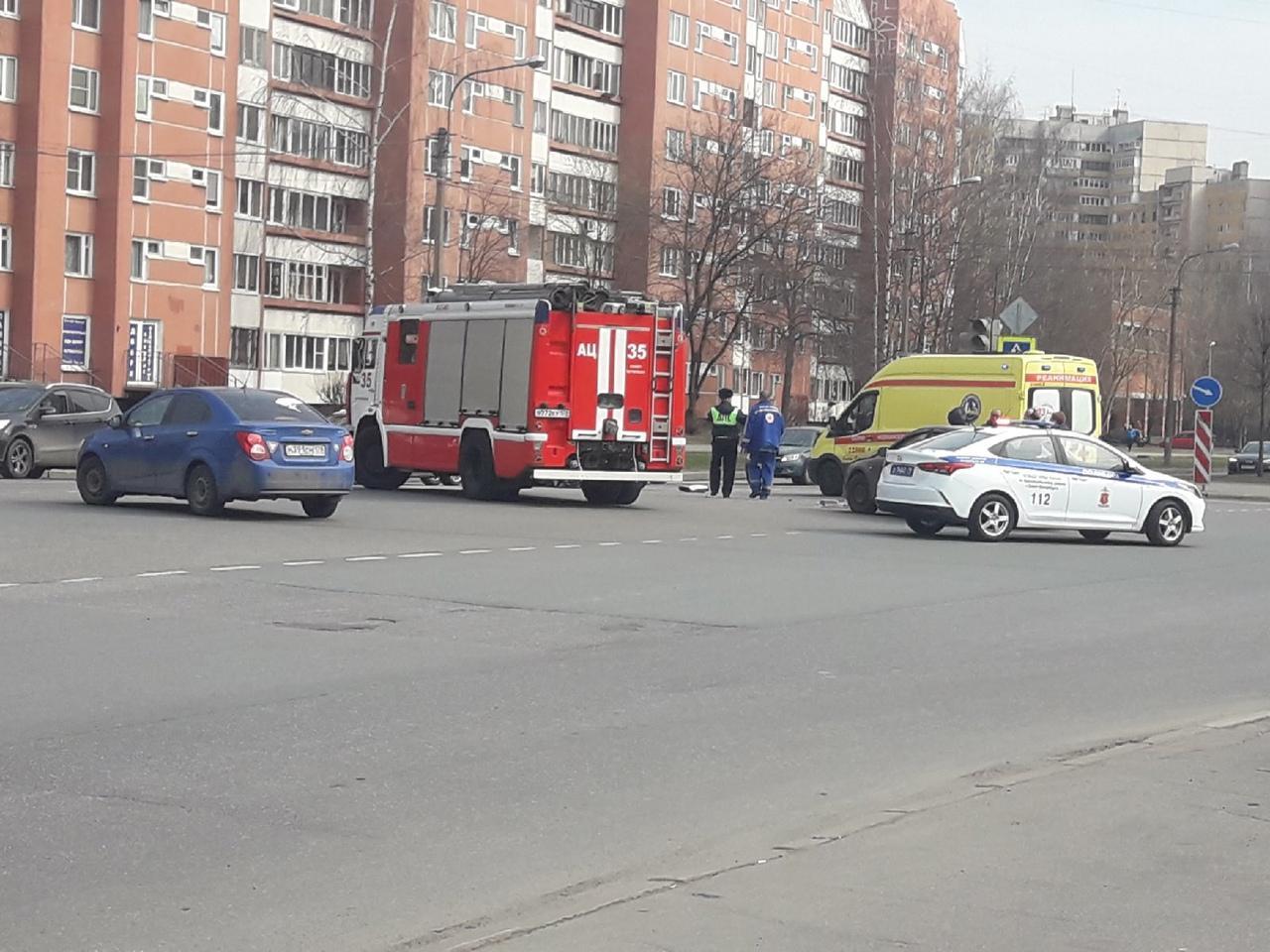 Две легковушки столкнулись на перекрестке Маршала Захарова и Кузнецова. Службы на месте