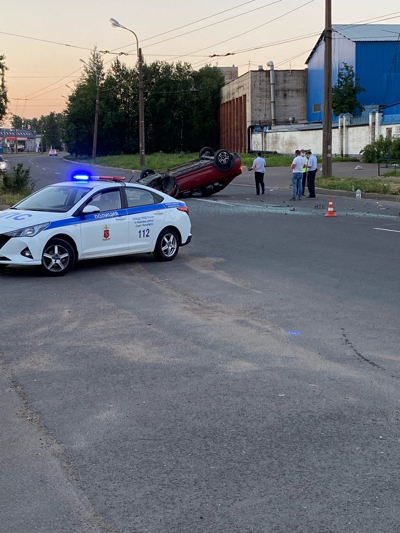 Когда каршеринг не виноват На бывшей улице Книпович в припаркованный Яндекс врезался автомобиль и п...