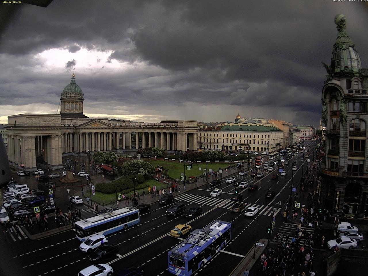Необычное зрелище явилось людям на Невском проспекте - тучи расступились над куполом Казанского собо...