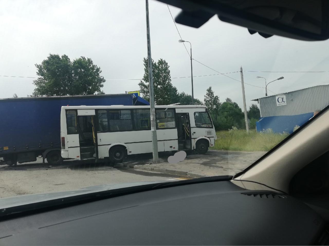 ДТП с грузовиком и маршруткой произошло в Пушкине на перекрёстке Сетевой и Автомобильной. Погибла па...