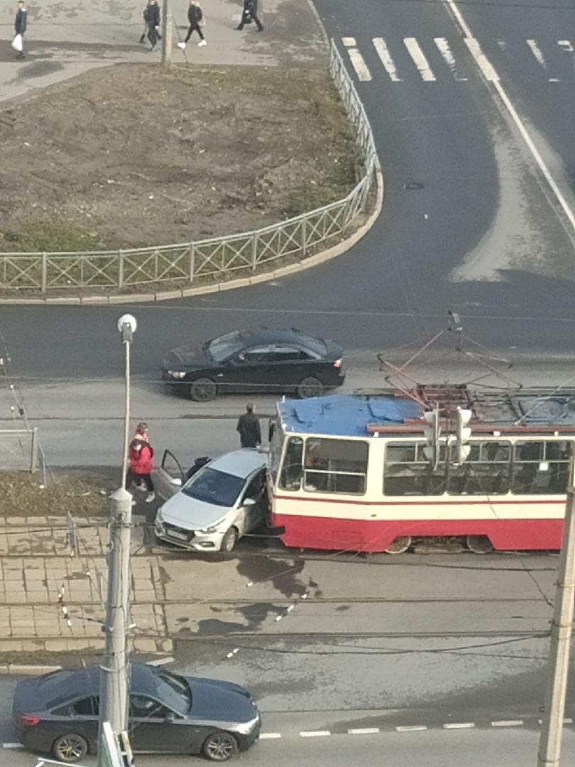 На перекрестке Клочкова переулка и Коллонтай только что произошло столкновние трамвая и легкового ав...