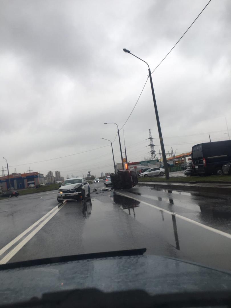 На перекрестке Белградской и Димитрова в результате ДТП с каршерингом Яндекс.драйв перевернулся авто...
