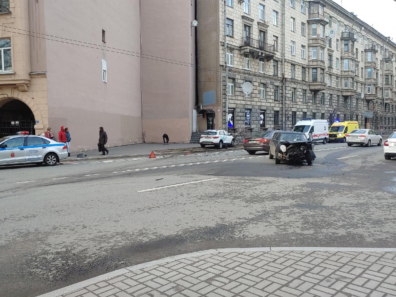 """Каршеринг влетел в """" Купер"""" на Левашовском проспекте, реанимация и полиция на месте, водитель каршер..."""