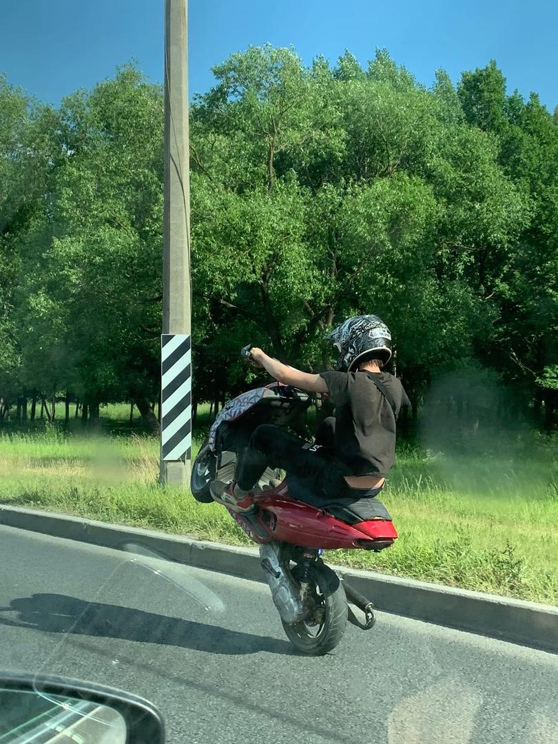 Подростки лет 12-14 гоняют на мопедах на Петергофском шоссе, правил ПДД судя по всему не знают.